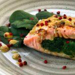 Trancio di salmone ripieno di spinaci con salsa alla senape e pepe rosa
